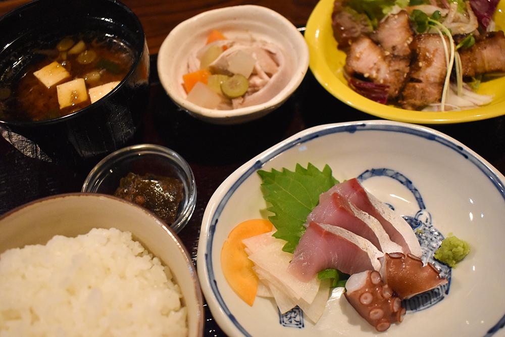 お料理二品の定食 写真は「本日のお造りと鹿児島産豚バラの七日漬」