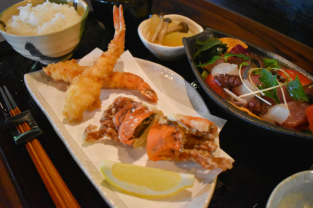 ソフトシェルクラブの唐揚げと海老フライ海鮮彩りサラダの定食 ¥2,350 ソフトシェルクラブ:やわらかい殻ごと食べられる希少なカニです