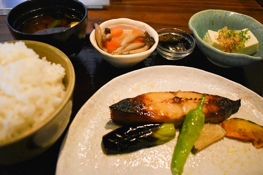 銀かれいの西京焼定食 冷奴付き ¥1,300 高級料亭などで使われる西京焼専用の味噌に漬け込んでいます 脂がのってとろける様な食感